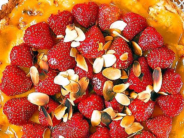 Jordgubbspaj med mandelbotten