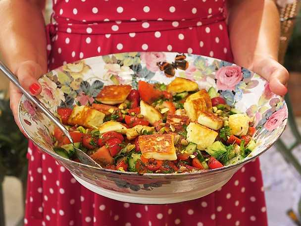 Jordgubbssallad med halloumi, tomater, nötter och honung