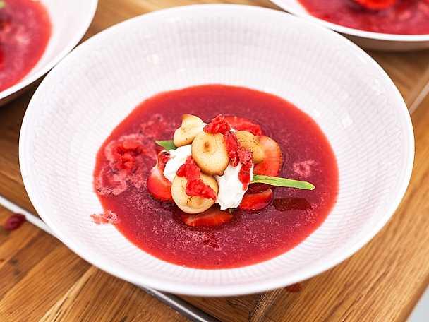 Jordgubbssoppa med mandelbiskvier och mascarponekräm