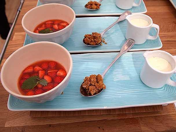 Jordgubbssoppa med vaniljskum och mandelcrumble