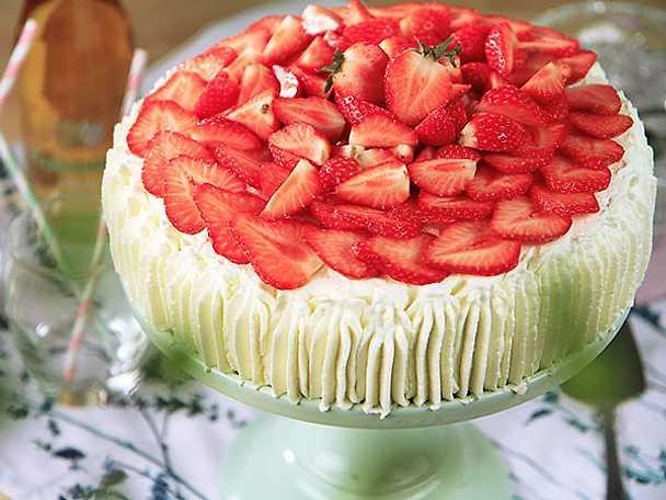 Jordgubbstårta med limemarienerade jordgubbar