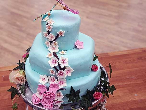 Jubileumstårta med persikomousse, smultronmousse och kiwisylt