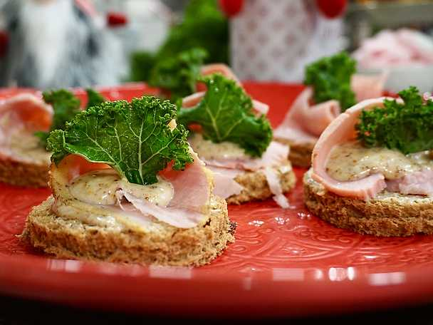 Julskinkesnittar på vörtbröd med senapskräm och grönkål