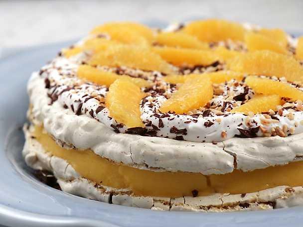 Jultårta med hasselnötsmaräng och mangosorbet