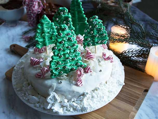 Jultårta med mjuk pepparkaka och lingonfyllning