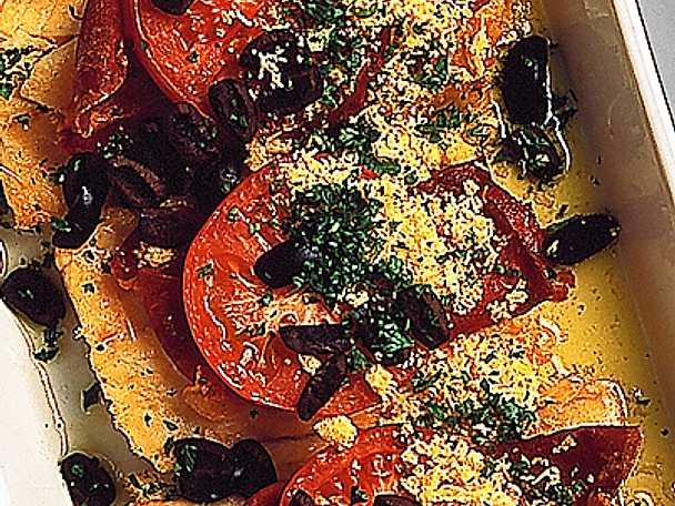 Kabeljo med tomater, skinka och champinjoner