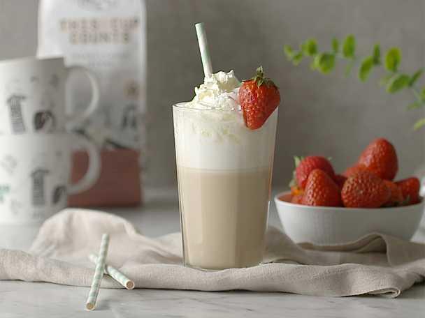 Kaffedrink med jordgubb och vit choklad