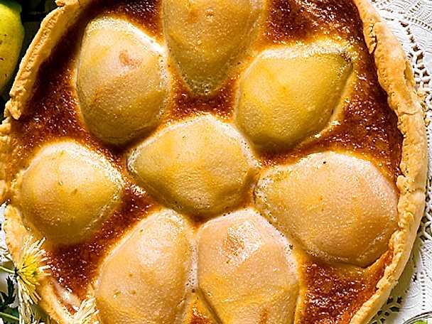 Kaka med päronhalvor