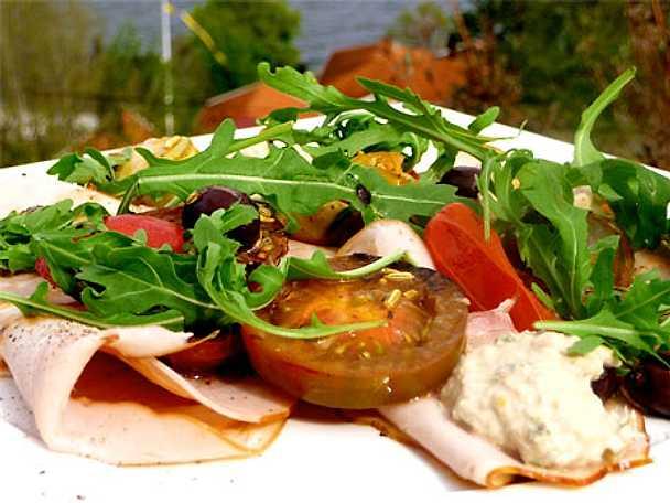 Kalkon tonnato med kronärtskocka, oliver och tomat