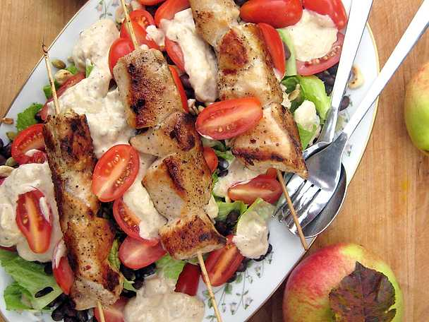 Kalkonspett med sallad och äppeldressing