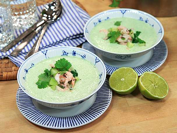 Kall gurksoppa med kokosmjölk och räkor