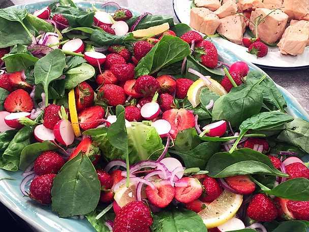 Kall inkokt lax med jordgubbssallad