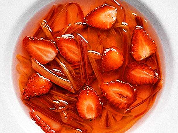 Kall rabarbersoppa med jordgubbar