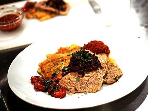 Kalventrécote med zucciniplättar, karamelliserad rödlök och tomatsås