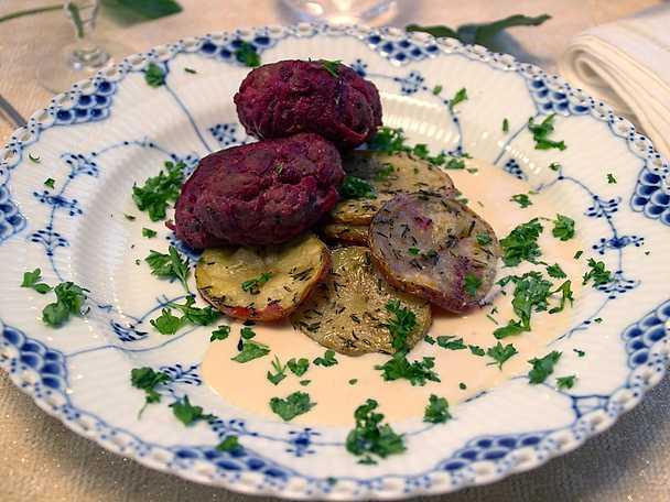 Kalvfärsbiffar med rödbetor, serveras med gräddsås och potatisskivor