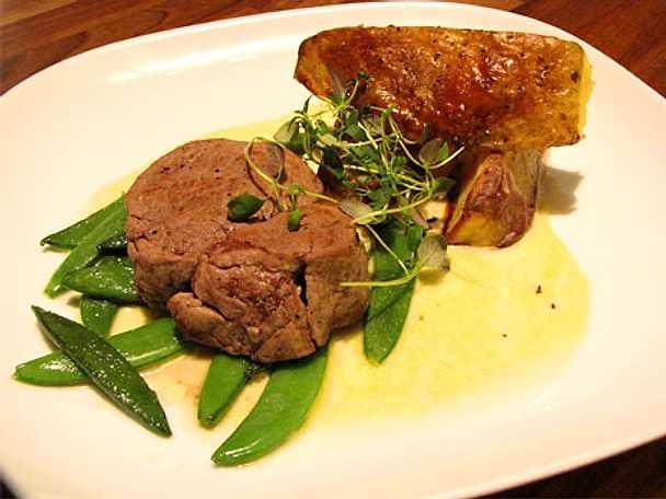 Kalvfilé med chèvresås och rostad potatis