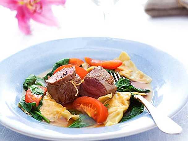 Kalvfilé med ravioli, tomat och spenat