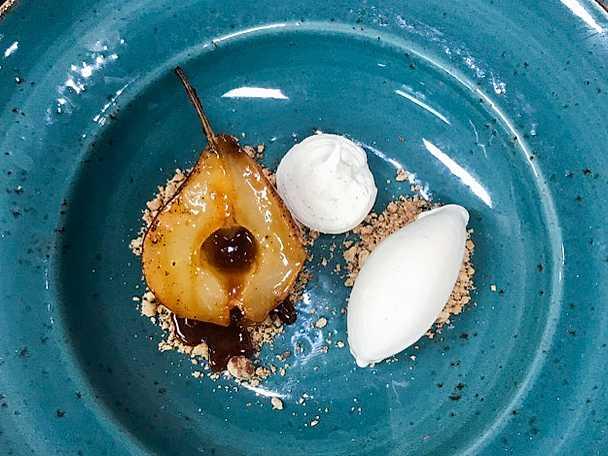 Kanelbakat päron med karamellsås och kryddglass