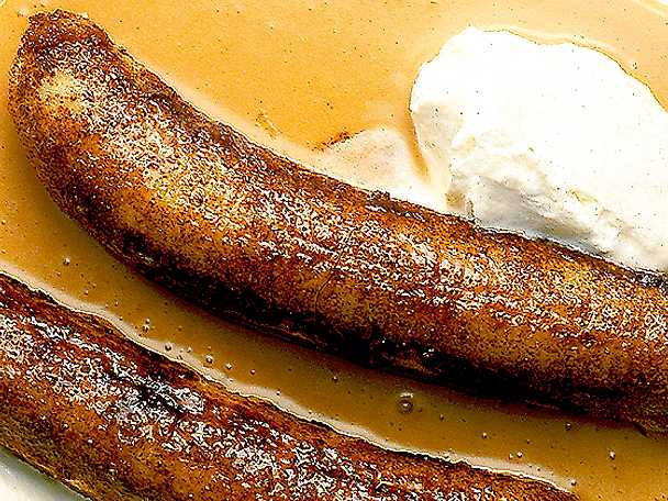 Kanelstekta bananer med kolasås