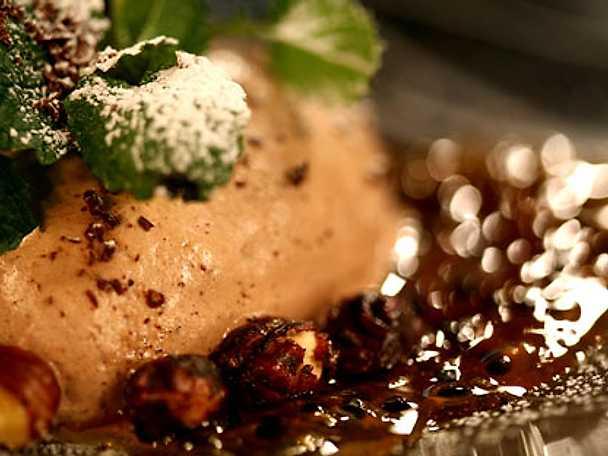 Karamelliserade hasselnötter med chokladmousse