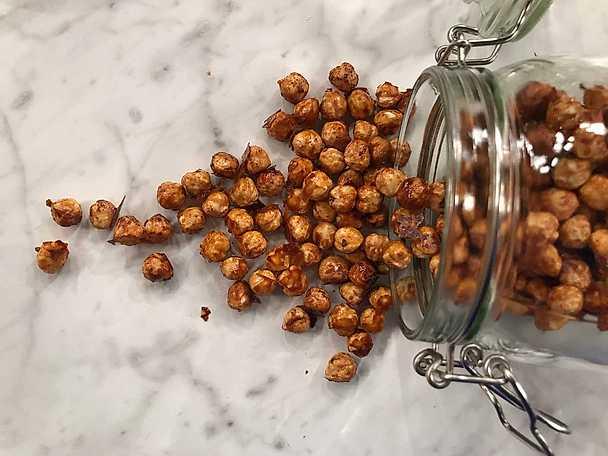 Karamelliserade hasselnötter med rökt paprika