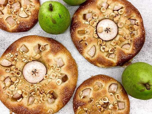 Karlsbaderbullar med päron och rostade hasselnötter