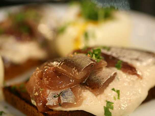 Kavringssmörgås med kaviarkräm och kokt ägg