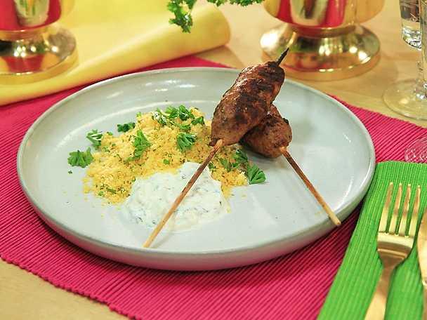 Kebabspett med couscous och äppel- och myntatzatziki