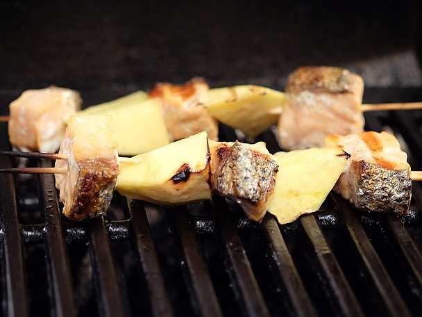 Kikärtspannkaka med laxkebab och mango