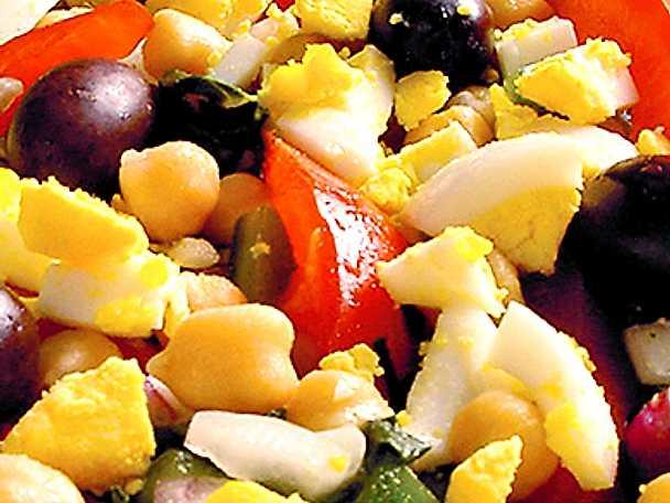Kikärtssallad med hackat ägg