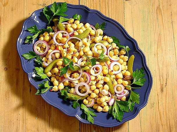 Kikärtssallad med små gurkor
