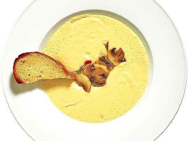 Kikärtssoppa med limemarinerade champinjoner och liten brödkrutong