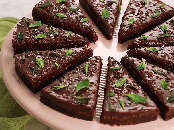 Kladdig chokladkaka med mynta och chokladkola