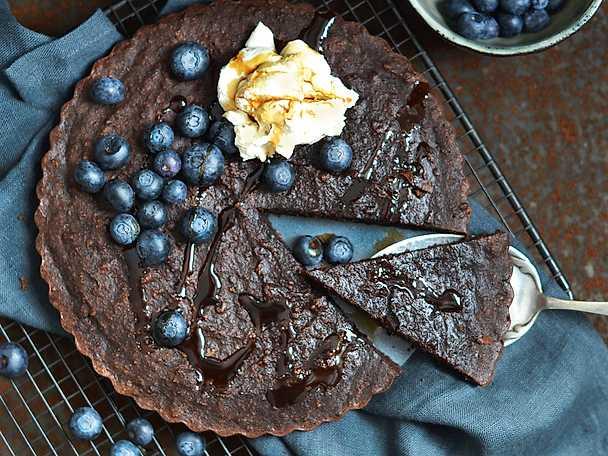 Kladdkaka med blåbär och dadelbalsamico