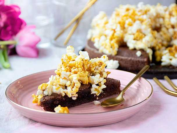Kladdkaka med karamellpopcorn