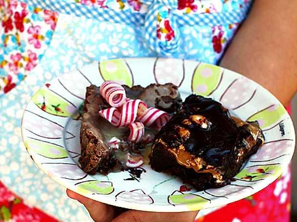 Kladdkaka med marshmallows och kolasås