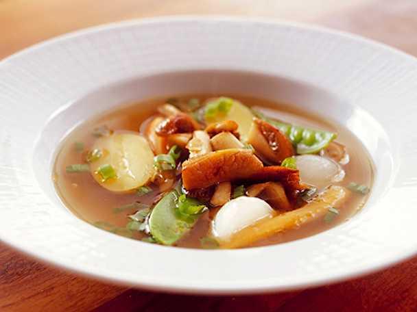 Klar svampsoppa med färska grönsaker