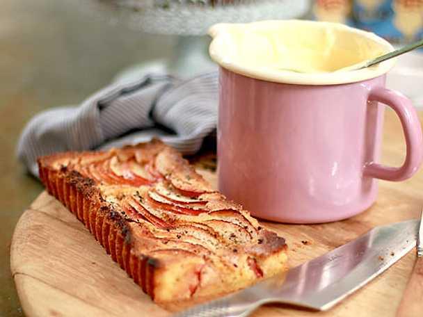 Knäckig äppelkaka med råkräm