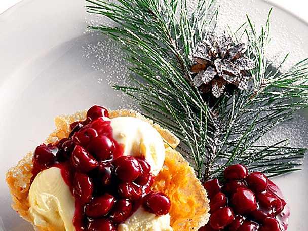 Knäckig mandelkorg med glass och bär