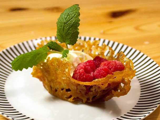 Knäckiga flarnkorgar med glass och hallon