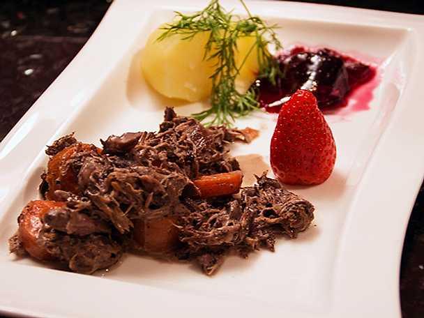 Knaperstekt hargryta med rotfrukter och svartvinbärsgelé