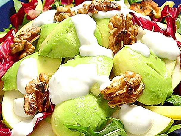 Knaprig avokadosallad med yoghurtdressing