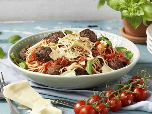 Kockens Pasta och köttbullar i kryddrik tomatsås