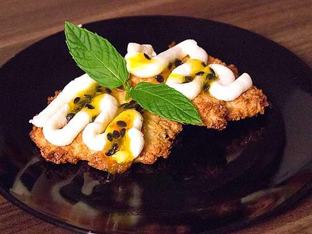 Kokoskaka med färskostsglasyr och passionsfruktssås