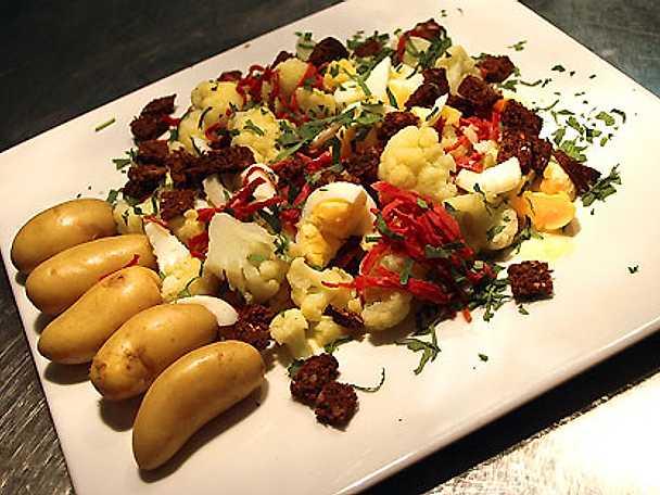 Kokt blomkål med hackat ägg, saltrulle & persilja