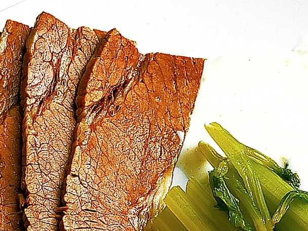 Kokt färsk oxbringa med pepparrotssås