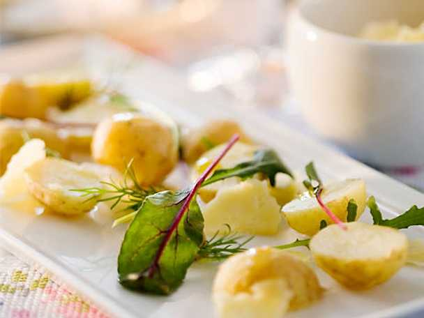 Kokt färskpotatis med rört smör, havssalt och Sveciaost