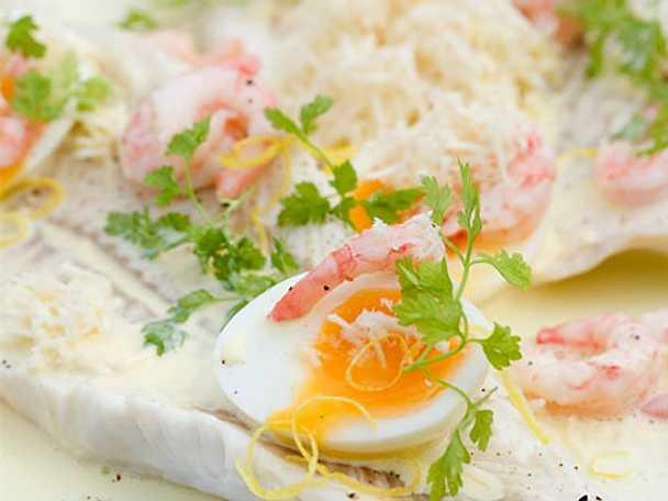 Kokt fisk med ägg och räkor