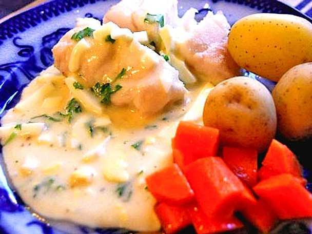 Kokt fisk med äggsås