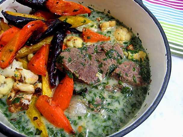 Kokt kalv i grön syrlig sås med rostade gotlandsmorötter och kål